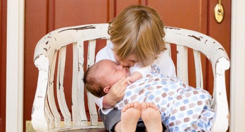 Il quarto incomodo: come trasformare la nascita di un fratellino o sorellina da traumatica in esperienza gradevole e divertente